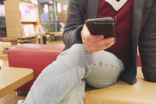 ソファに座る人の写真・画像素材[1836707]