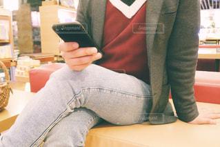 ソファに座る人の写真・画像素材[1836710]
