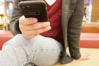 携帯電話を持つ手の写真・画像素材[1836713]