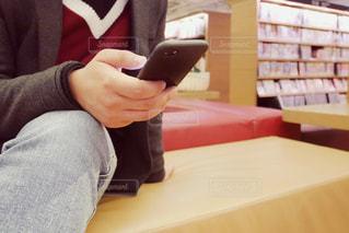 テーブルに座っている人の写真・画像素材[1836718]