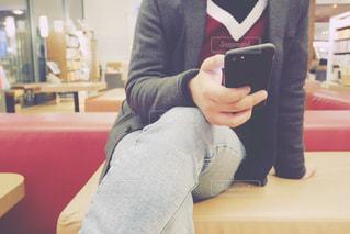 携帯電話を持っている大人の男性の写真・画像素材[1836719]