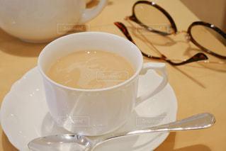 テーブルの上のコーヒー カップの写真・画像素材[1866508]