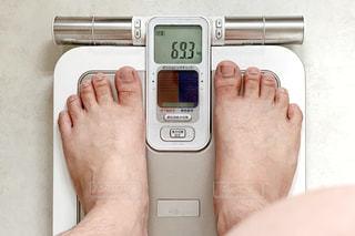 体重を測る人の写真・画像素材[2078982]