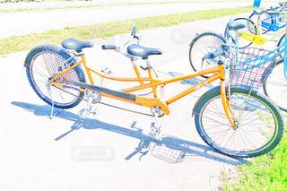 壁にもたれる自転車の写真・画像素材[2105943]