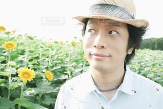 帽子をかぶった若い男の写真・画像素材[2107298]