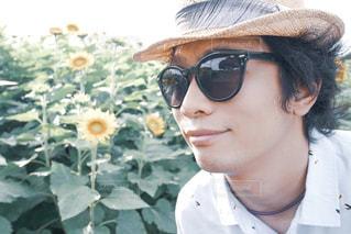 帽子をかぶってサングラスをかけている人の写真・画像素材[2107301]