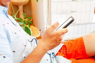 スマートフォンを持つ男性の手の写真・画像素材[2109156]