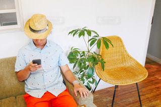 スマホを操作する男性の写真・画像素材[2109216]