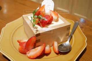 テーブルの上にケーキの一切れの食べ物の皿の写真・画像素材[2109217]