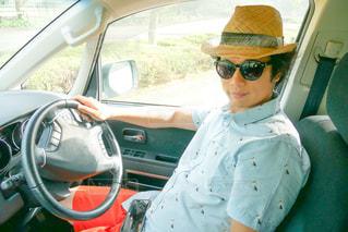 サングラスをかけて車に座っている人の写真・画像素材[2110076]