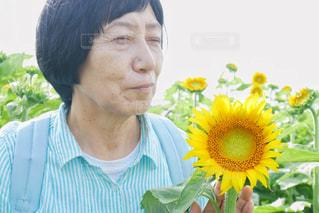 花を抱えている人の写真・画像素材[2110472]