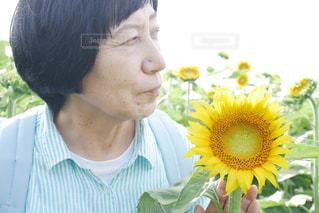 花を抱えている高齢の女性の写真・画像素材[2110474]