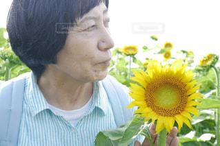 花を抱えている女性の写真・画像素材[2110476]