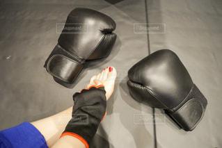 青と黒の靴を履いた足のクローズアップの写真・画像素材[2111090]