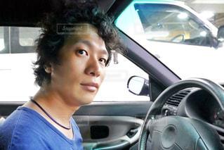 車の中の男性の写真・画像素材[2113780]