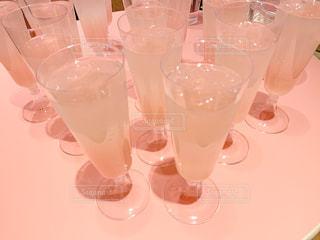 テーブルの上の空のメガネのグループの写真・画像素材[2113958]