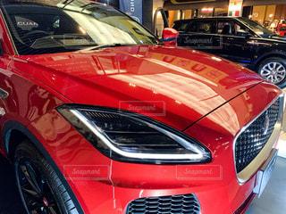 駐車場に駐車した赤い車の写真・画像素材[2174274]