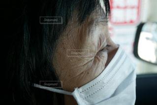 マスクをする年配の女性の写真・画像素材[2245583]