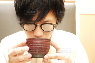 湯気でメガネが曇る男性の写真・画像素材[2245617]
