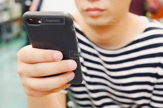 携帯電話を持つ男性の写真・画像素材[2264800]