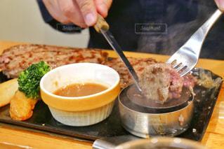 食べ物のボウルとテーブルの上のスプーンのクローズアップの写真・画像素材[2265874]