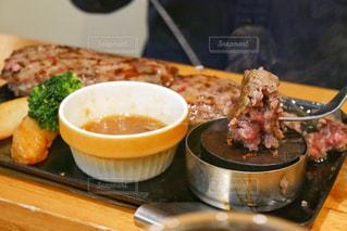テーブルの上の食べ物のボウルの写真・画像素材[2265875]