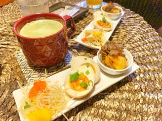 皿の食べ物とコーヒー1杯の写真・画像素材[2266066]