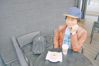 テーブルに座っている小さな女の子の写真・画像素材[2266069]