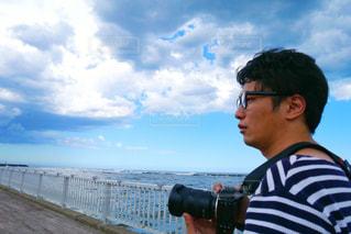 水域の隣に立っている男の写真・画像素材[2266079]
