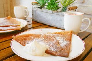 皿の食べ物とコーヒー1杯の写真・画像素材[2266110]