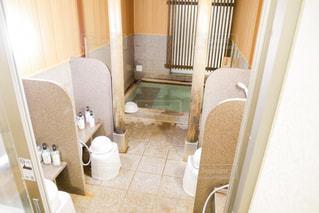 窓の横に座っている白い浴槽の写真・画像素材[2266840]