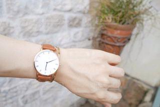 腕時計を持った手の写真・画像素材[2274013]