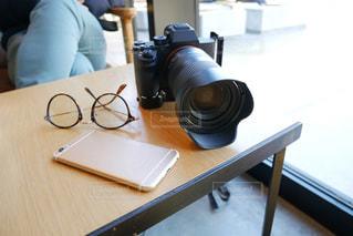 テーブルの上に座っている人の写真・画像素材[2274016]