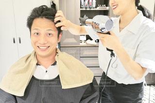 美容室でヘアセットしてもらう男性の写真・画像素材[2276202]