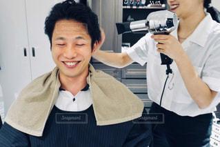ヘアセットをしている若い男性の写真・画像素材[2276203]