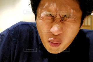 黒いシャツを着ている人の写真・画像素材[2276219]