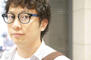 眼鏡をかけてカメラを見ている男の写真・画像素材[2276615]