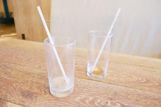 テーブルの上の空っぽの飲み物のグラスの写真・画像素材[2285171]