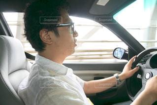 車の中に座っている男性の写真・画像素材[2285177]