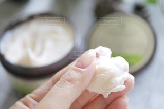 小さな食べ物を持つ手の写真・画像素材[2304298]