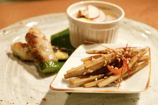 テーブルの上の食べ物の皿の写真・画像素材[2309178]