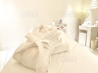 部屋に大きな白いベッドの写真・画像素材[2358217]