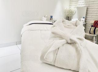 部屋に座っている大きな白いベッドの写真・画像素材[2358218]