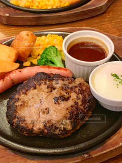 テーブルの上の食べ物の皿のクローズアップの写真・画像素材[2358239]