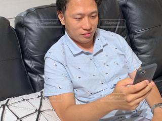 ソファに座っている男の写真・画像素材[2383094]