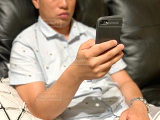 ある男が携帯電話を使っているの写真・画像素材[2383095]