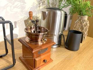 木製のテーブルの上の鍋の写真・画像素材[2383552]