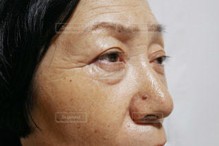目を開いた女性のクローズアップの写真・画像素材[2390425]