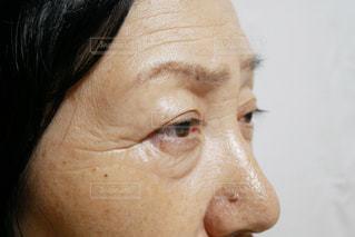 目を開けた高齢な女性のクローズアップの写真・画像素材[2390426]