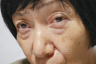 目を開けた年配の女性のクローズアップの写真・画像素材[2390427]